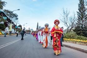 Thieu-nu-ruoc-phan-ve-cho-hoa-tai-festival-Da-Lat-dacsandalat-2